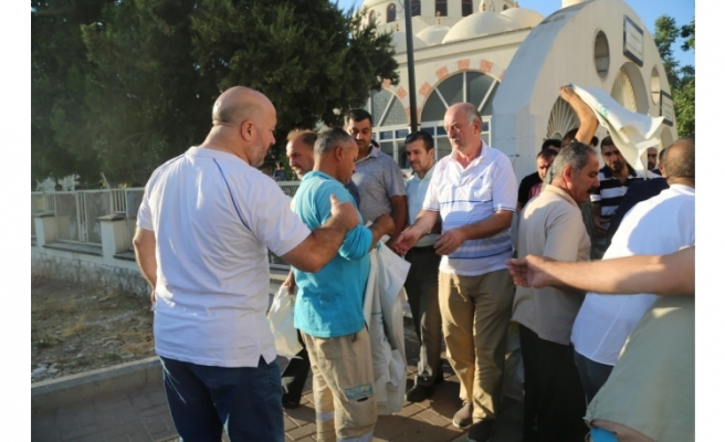 Haliliye'de bayram namazı sonrası poşet dağıtıldı