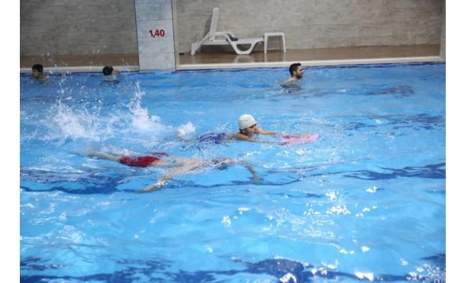 Haliliye'de gençlere yüzme eğitimi