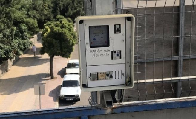 Üst geçitteki elektrik panosu tehlikeye neden oluyor