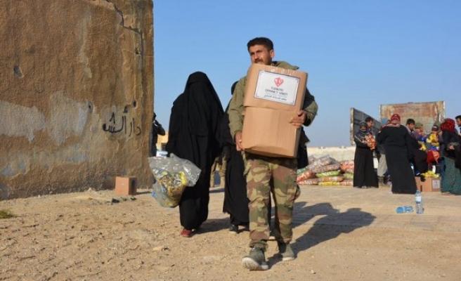 Sınırın öte tarafında yardım dağıtıldı
