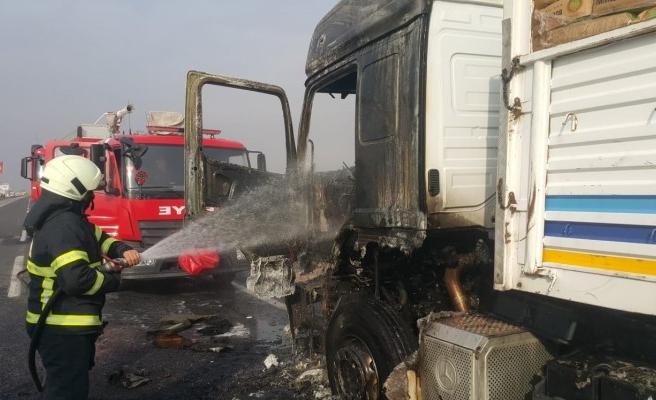 Akçakale yolunda kamyon yandı