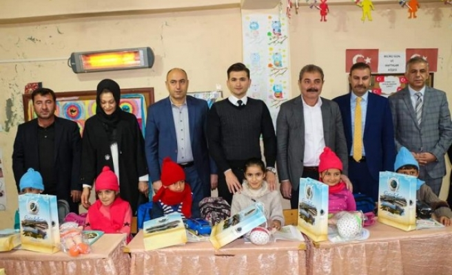 Bozova'da 'Çocuklar Üşümesin' projesi için dağıttılar