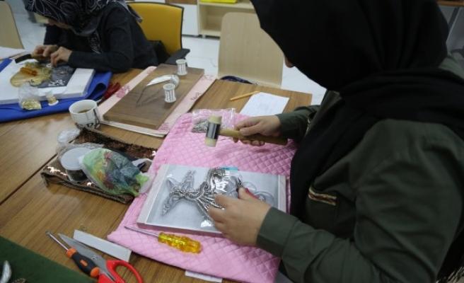 Haliliye'de kadınlar el emeği göz nuru üretim yapıyor