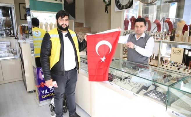 Haliliye'de Yunanistan'a tepki: Bayrak dağıttılar