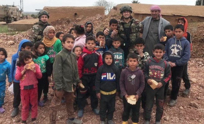 Türk askeri, Suriye'de ekmeğini bölüşüyor