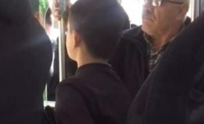 Urfa'da küçük çocuğu zorla otobüsten indirdi