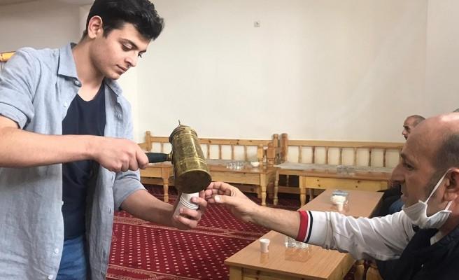 Şanlıurfa'da 'mırra' tek kullanımlık bardaklarda ikram ediliyor