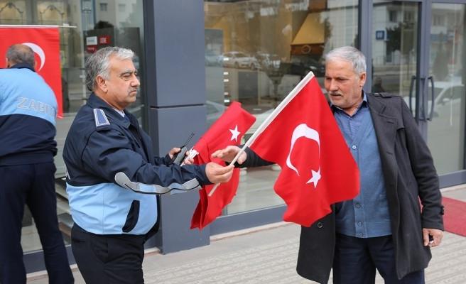 Karaköprü'de esnaf ve vatandaşa bayrak dağıtıldı