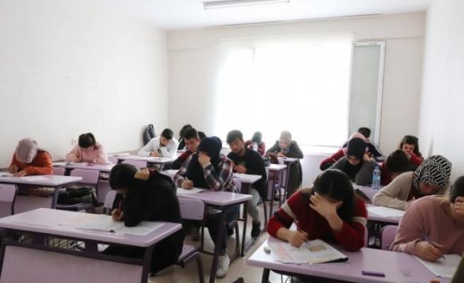 Ücretsiz kurslarla gençler üniversiteye hazırlanıyor