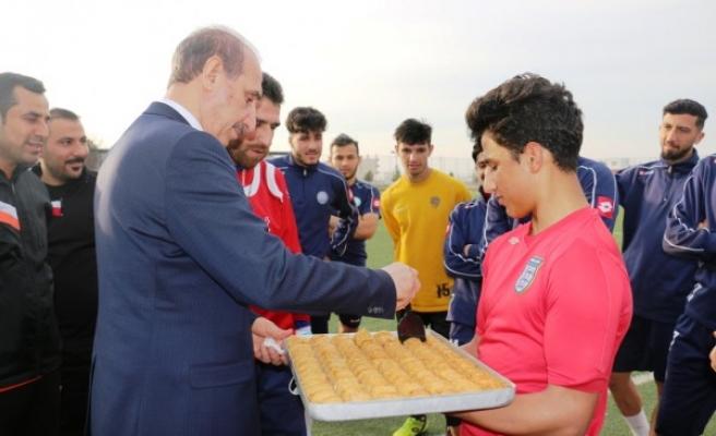 Yalçınkaya'dan futbolculara moral ziyareti
