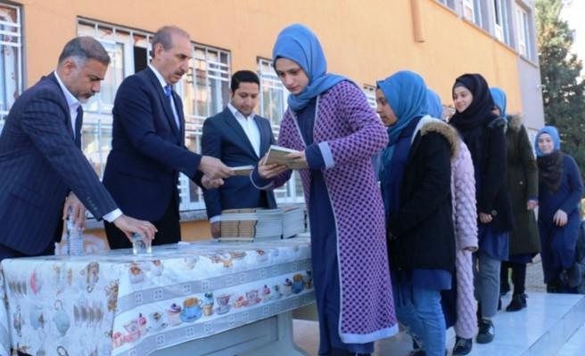Akçakale'de öğrencilere kitap dağıtıldı