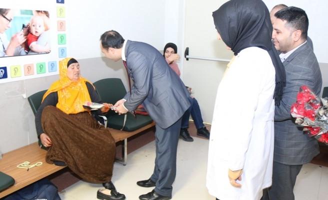 Sağlık Müdürü Erkuş, kadınlara karanfil dağıttı
