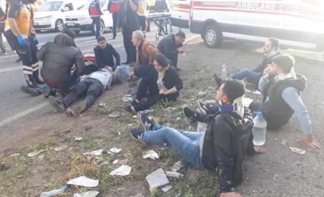 Urfa'da işçi servisi ile minibüs çarpıştı: 18 yaralı