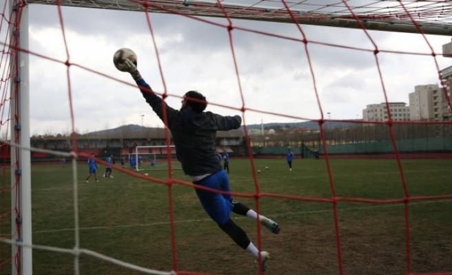 Karaköprülü yönetimden futbolculara çağrı: Oynamaktan korkmayın