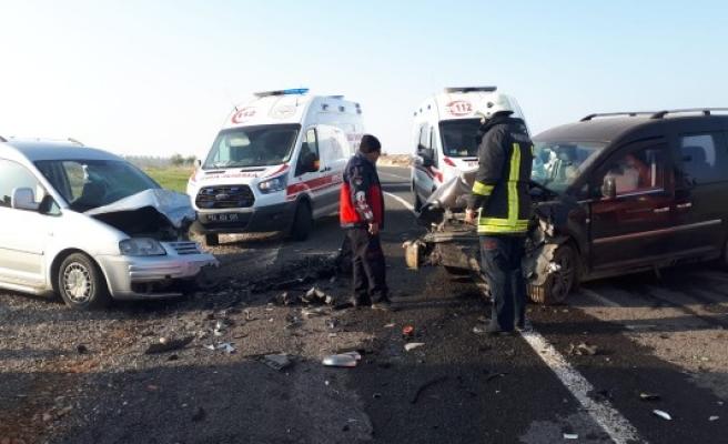 Urfa'da araçlar kafa kafaya çarpıştı: Yaralılar var