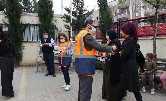 Valilik, vatandaşlara maske dağıttı, uyarılarda bulundu