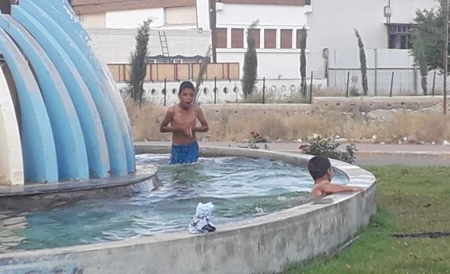 Urfa'da çocuklar, yasağa rağmen süs havuzuna girdi