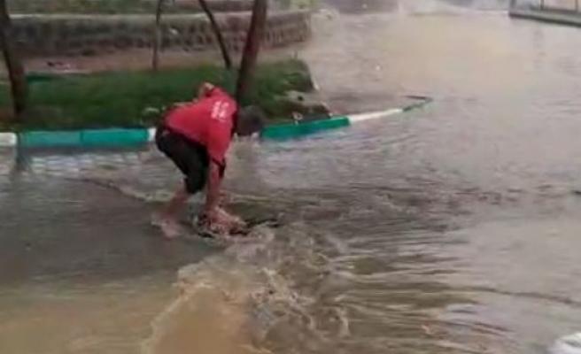 Urfa'da şiddetli yağış sokağı göle çevirdi