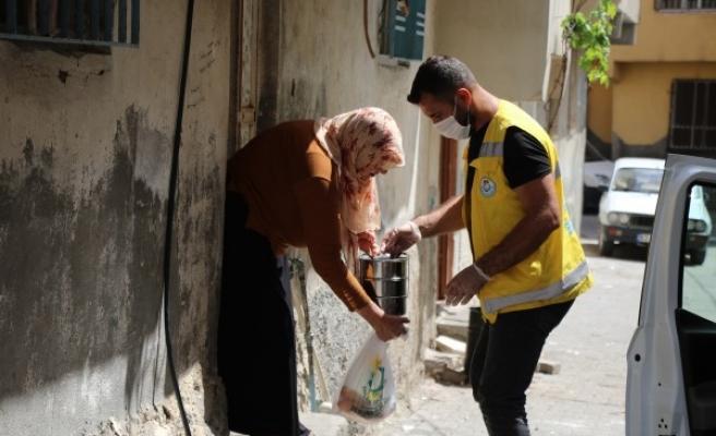 Haliliye'de ihtiyaç sahiplerine sıcak yemek dağıtımı sürüyor
