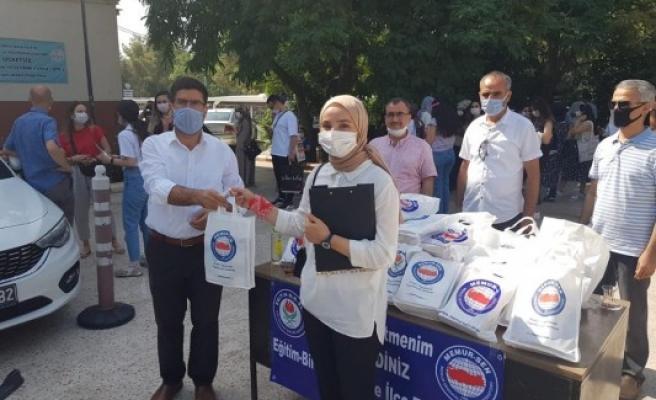 Şanlıurfa'ya atanan öğretmenler hediye ile karşılandı