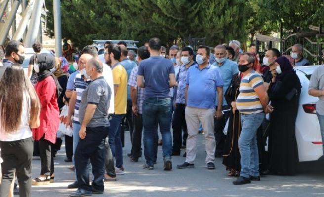 Urfa'da öğrenci yakınları arasında sosyal mesafe unutuldu