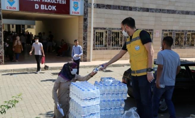Urfa'da sınava giren öğrencilere su ikram edildi