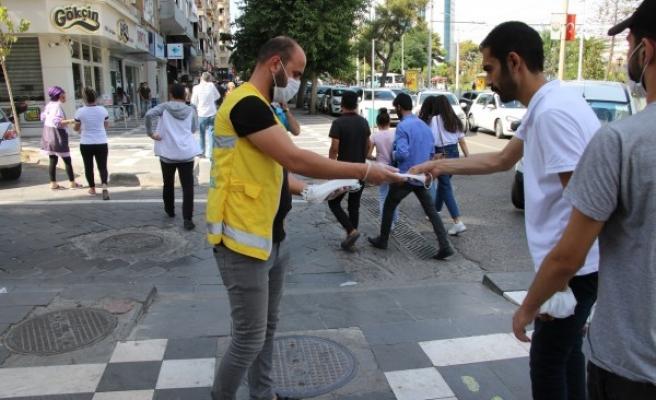 Şanlıurfa'da ücretsiz maske dağıtımı devam ediyor
