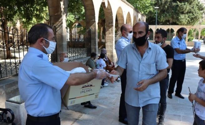 Şanlıurfa'da ücretsiz maske dağıtımı sürüyor