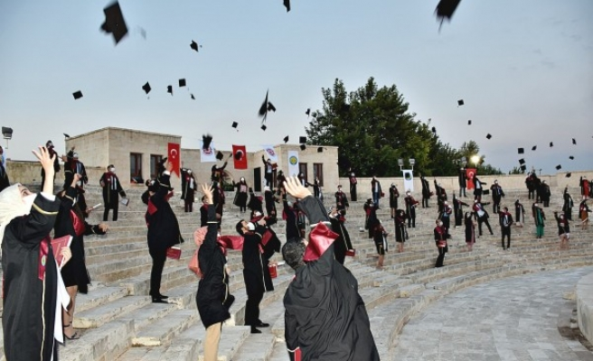 Harran'da 'korona' önlemli mezuniyet töreni yapıldı