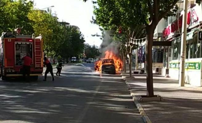 Karaköprü'deki araç yangını korkuttu