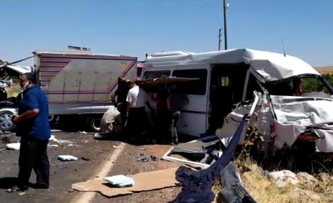 Urfa'da işçileri taşıyan araç kaza yaptı: 14 yaralı (EK)