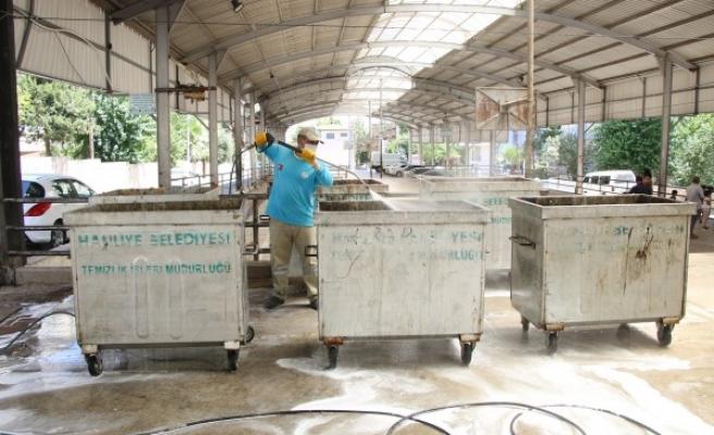 Urfa'da kokuya neden olan konteynerler yıkanıyor