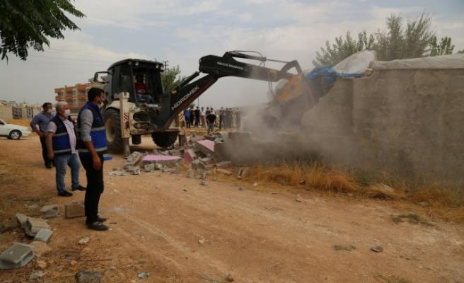 Haliliye'de kaçak yapılar yıkılıyor
