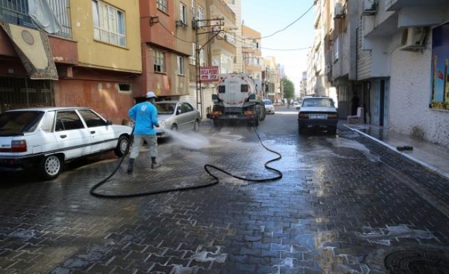 Urfa'da mahalleler köpüklü su ile yıkanıyor