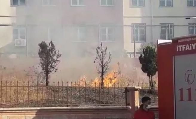 Şanlıurfa'daki okulun bahçesinde yangın çıktı