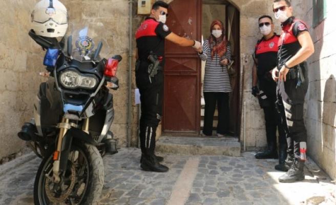 Karantinadaki gencin isteğini polisler yerine getirdi