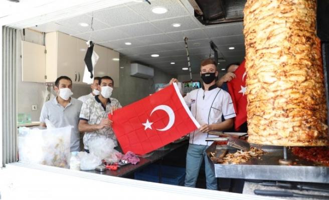 Urfa'nın ilçesinde vatandaşlara bayrak dağıtıldı