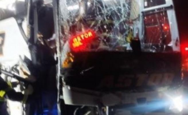 Urfa otobüsü ile kamyon çarpıştı: 4 yaralı