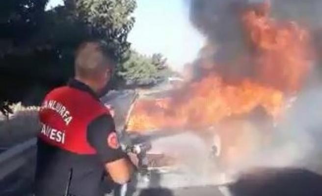 Urfa'da seyir halindeki araç alev alev yandı