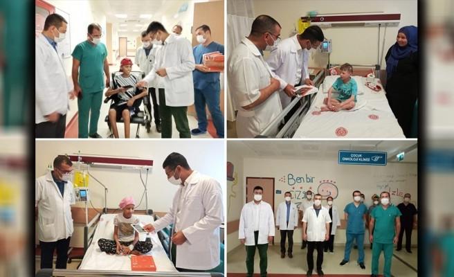 Onkoloji servisindeki çocuklara tablet hediye edildi