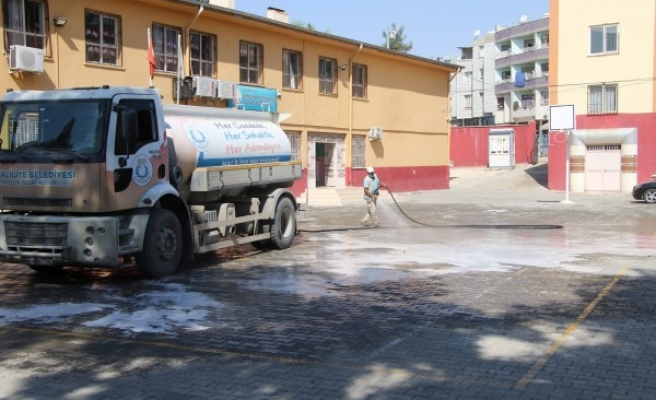 Haliliye'de okullar dezenfekte ediliyor