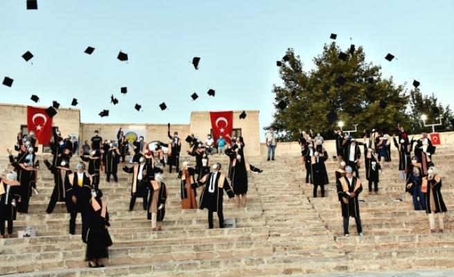 Harran'da sosyal mesafeli mezuniyet töreni yapıldı