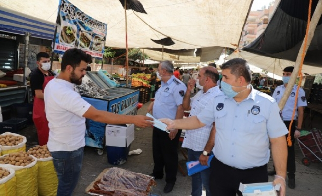 Urfa'da pazar yerlerinde maske ve mesafe denetimi sürüyor