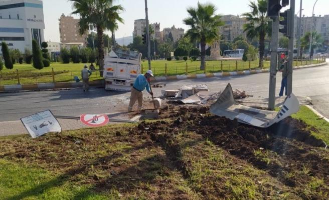 Urfa'da freni boşalan kamyon refüje çarptı