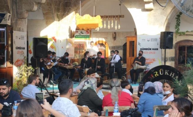 Urfalı gençlerden Gümrük Hanı'nda müzik dinletisi
