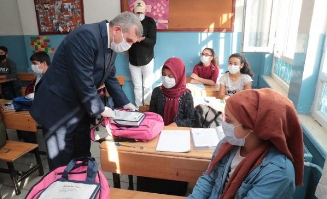 Şanlıurfa'da öğrencilere hijyen ve eğitim seti dağıtıldı