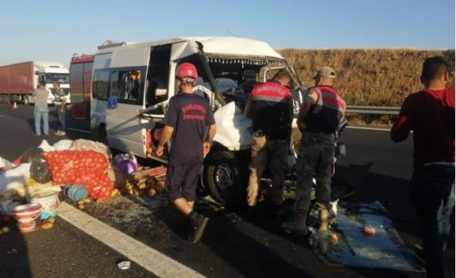 Urfa'da tarım işçilerini taşıyan minibüs ile TIR çarpıştı! (GÜNCELLENDİ)