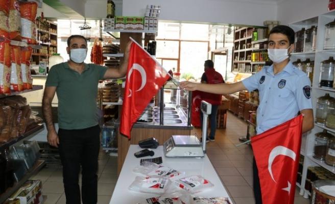 Urfa'nın ilçesinde esnafa Cumhuriyet Bayramı hediyesi