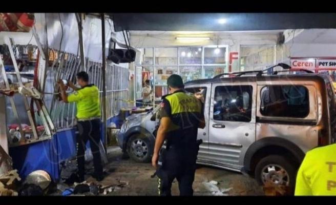 Şanlıurfa'da araç bakkal dükkanına girdi! 8 yaralı