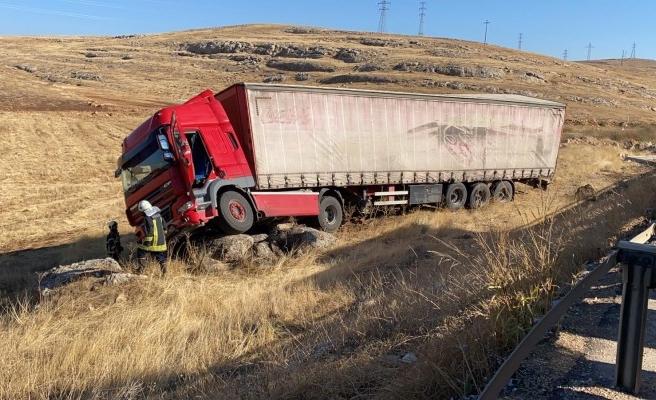 Urfa-Antep yolunda tır devrildi: 1 yaralı